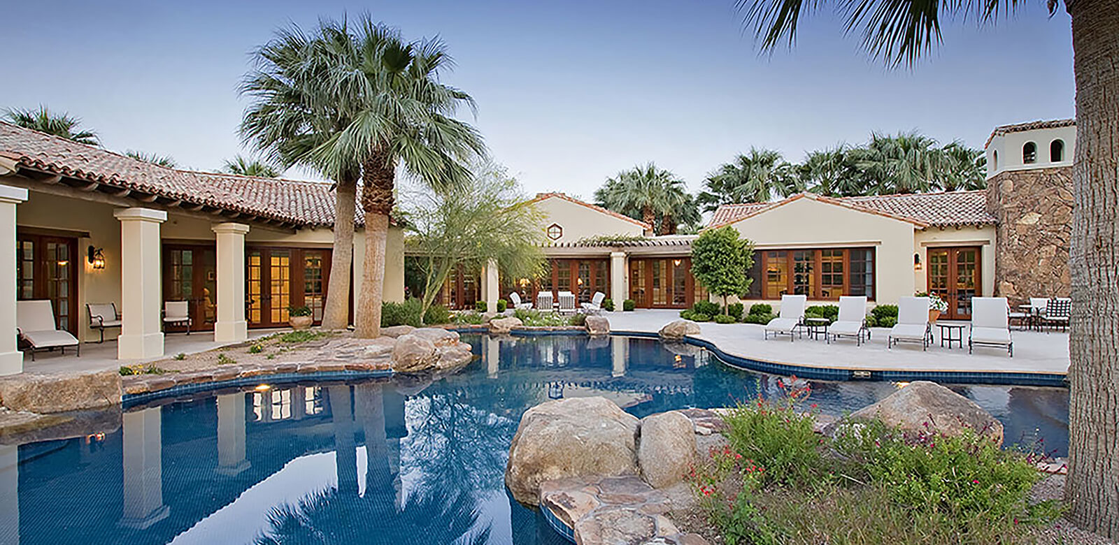 Luxurious Home with Pool Front